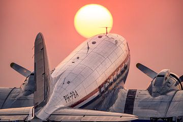 Douglas C-47A Skytrain bei Sonnenuntergang in Schiphol Oost von Mark de Bruin