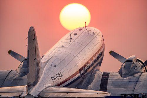 Douglas C-47A Skytrain tijdens zonsondergang op Schiphol Oost van