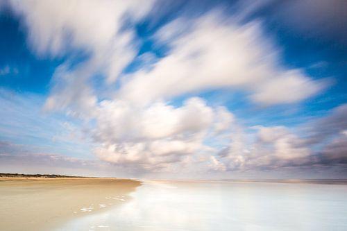 Wolken in beweging boven het Noordzeestrand van Terschelling van Jurjen Veerman