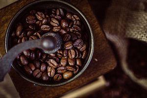 Oude koffiemolen met koffiebonen