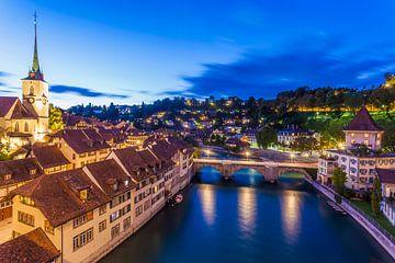 Oude stad en de Aare in Bern bij nacht van Werner Dieterich