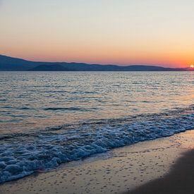 Zonsondergang met rustige zee op het strand van Naxos, Griekenland. van Eyesmile Photography