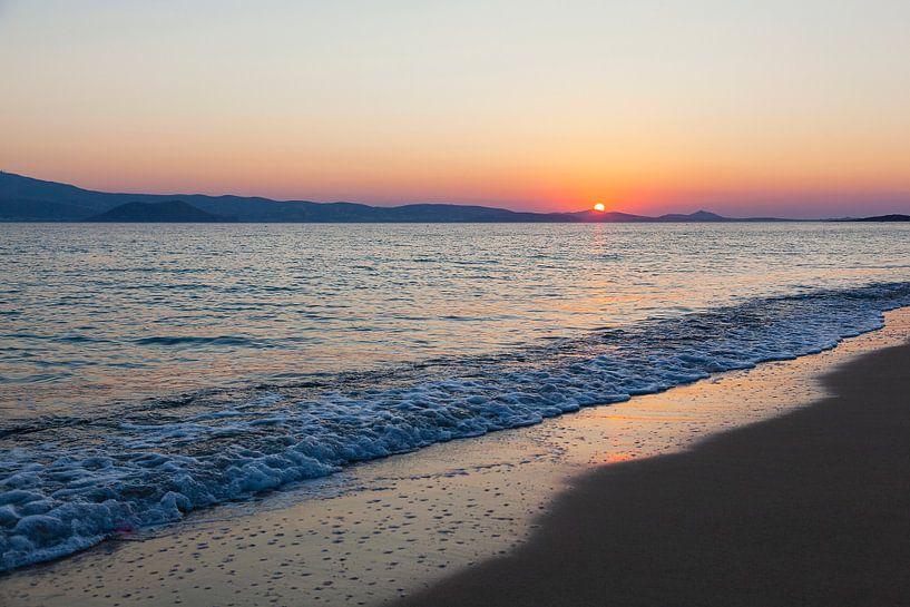Coucher de soleil avec une mer calme sur la plage de Naxos, Grèce. sur Eyesmile Photography