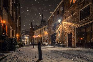 Binnenstad Deventer in de sneeuw, 's nachts van Martin Podt