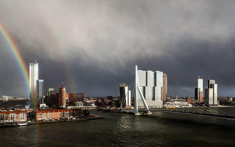 Regenboog Erasmusbrug Rotterdam van Leon van der Velden