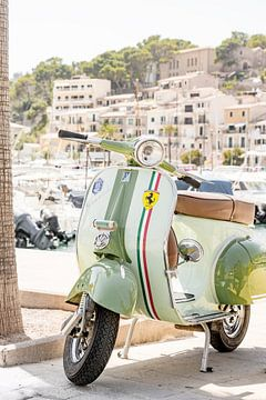 Vintage Vespa scooter in de haven van Port de Sóller van Evelien Oerlemans