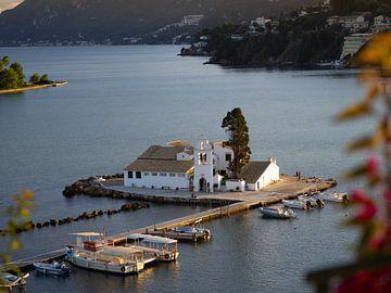 Wit klooster in een baai op het eiland Corfu | Reisfotografie Griekenland van Teun Janssen