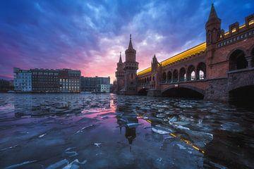 Berlin Oberbaumbrücke zum Sonnenuntergang im Winter von Jean Claude Castor