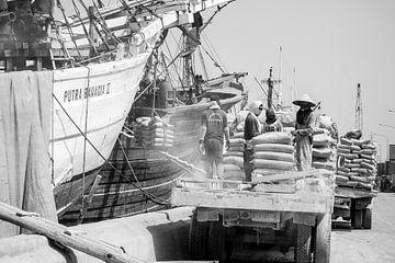 Die harte Arbeit im Hafen Sunda Kelapa, Jakarta, Jave, Indonesien. von Jeroen Langeveld, MrLangeveldPhoto