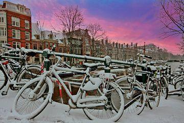 Das verschneite Amsterdam an den Grachten bei Sonnenuntergang von Nisangha Masselink