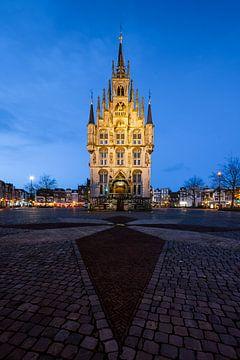 Das Rathaus von Gouda in der Blauen Stunde von Marijn Alons