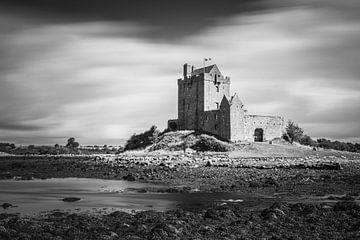 Dunguaire Castle in schwarz-weiß von Henk Meijer Photography