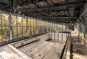 Duikbad in het zwembad van de spookstad Prypyat bij Tsjernobyl van Robert Ruidl