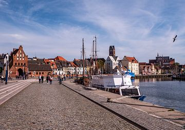 Alter Hafen in der Stadt Wismar von Animaflora PicsStock