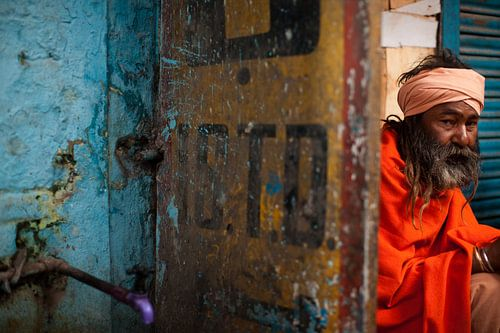 Indiase man in Haridwar van