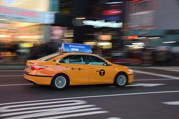 Rijdende Yellow Cab in Manhattan  van Chantal Schutte