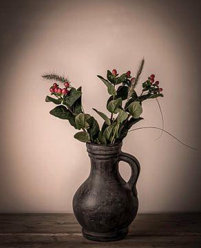 Vase mit roten Beeren von Marjolein van Middelkoop