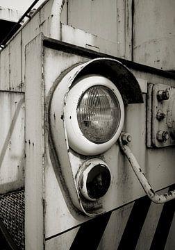 Scheinwerfer mit Glühbirne einer alten stillgelegten Lokomotive von Heiko Kueverling
