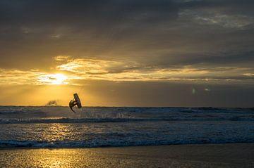 Kitesurfer tijdens zonsondergang van Richard Steenvoorden