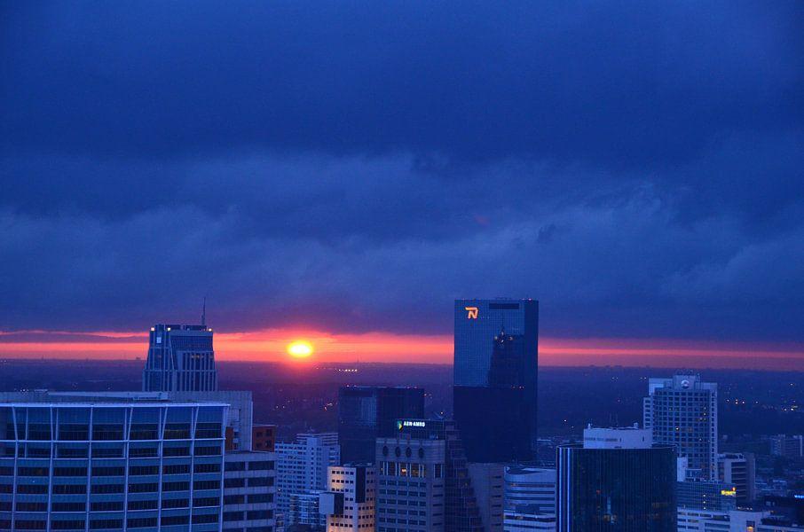 Donkere Wolken met Vuurbal boven Rotterdam van Marcel van Duinen