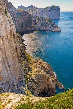 Steile kust met verbazingwekkende kliffen op het eiland Mallorca, Cape de Formentor, Spanje, Middell van Alex Winter