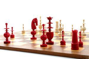 Schaakbord met rode en witte stukken