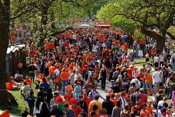 Oranje mensenmassa in het Vondelpark in Amsterdam op Koninginnedag van