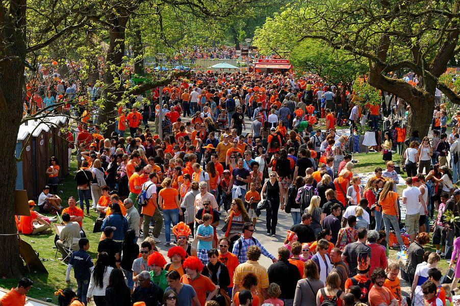 Oranje mensenmassa in het Vondelpark in Amsterdam op Koninginnedag