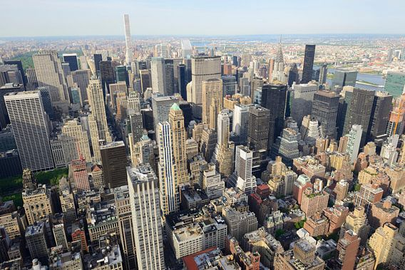 Uitzicht vanaf Empire State Building over Manhattan New York met Chrysler Building van Merijn van der Vliet