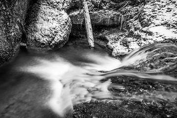 Schwarzweiß Wasserfall im Winter von MindScape Photography