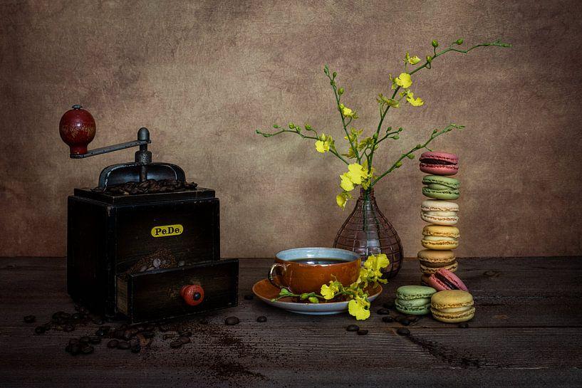 Koffiemolen met macarons van Elly van Veen
