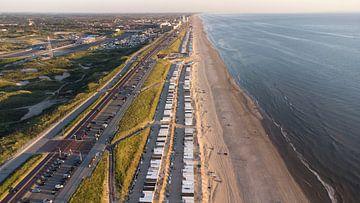 Strandhuisjes aan de Noord-Zee I Zandvoort, Noord-Holland I Drone-fotografie van Floris Trapman