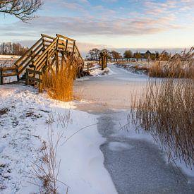 Houten trappetje de Kakelepost in Schagen in de winter. van Margreet Frowijn
