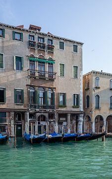 Alte Gebäude und Gondeln auf dem Kanal in der Altstadt von Venedig, Italien von Joost Adriaanse