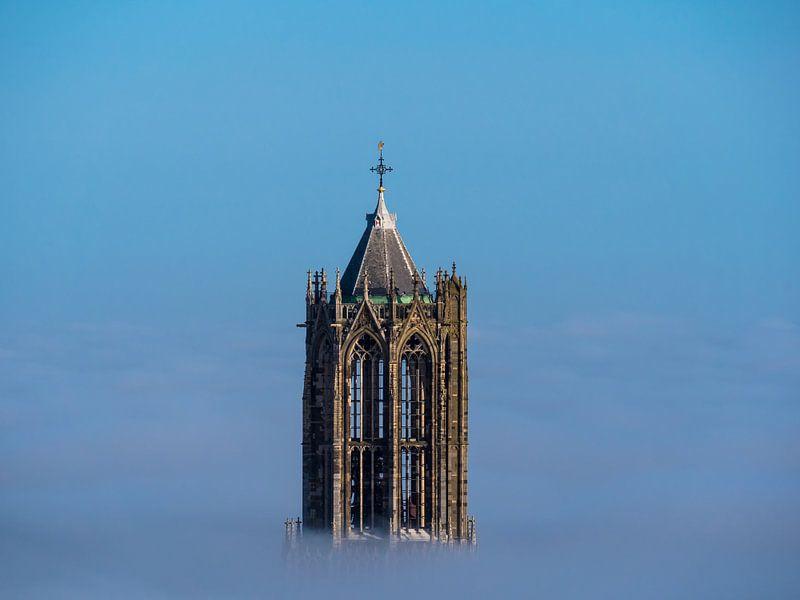 De Dom in Utrecht boven de mist van Mart Gombert