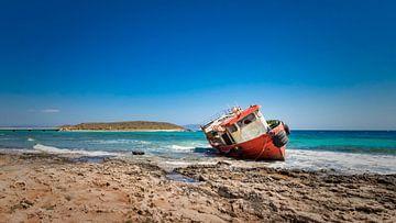 Buntes Schiffswrack an der griechischen Küste von Michel Seelen