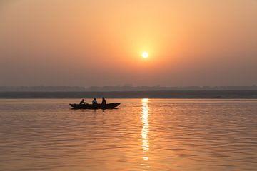 Zonsopgang in India, heilige rivier de Ganges van Hannie Heere