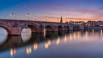Sankt-Servatius-Brücke - Maastricht in der blauen Stunde von Teun Ruijters
