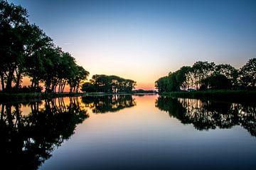 Landschap reflecteert in het water van Michel Knikker