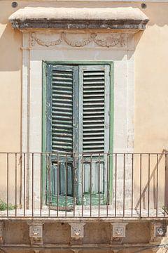 Altes fenster mit geschlossenen Fensterläden, Altstadt, Noto, UNESO Weltkulturerbe, Vale di Noto, Pr