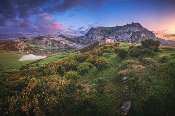 Lac de montagne des Asturies à la lumière du soir sur Jean Claude Castor