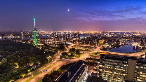 Skyline Rotterdam met Euromast en haven van