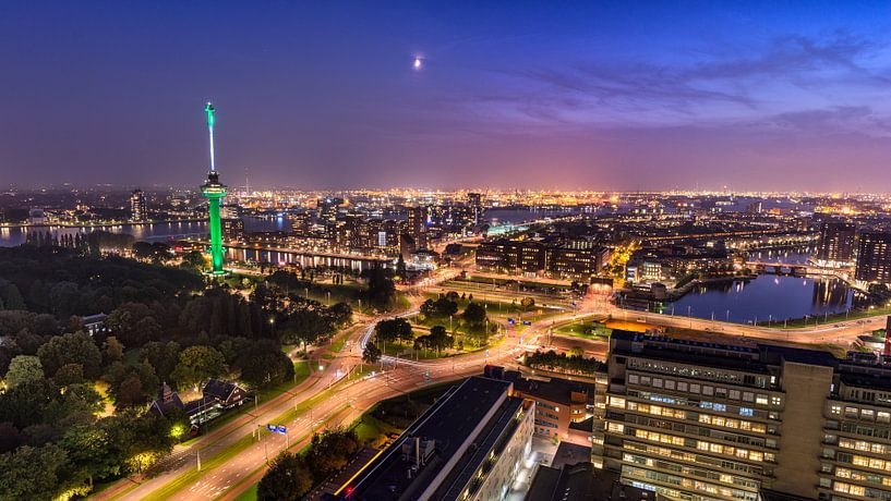 Skyline Rotterdam met Euromast en haven van Prachtig Rotterdam
