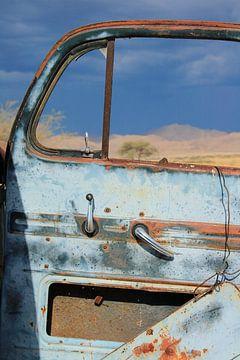 Oude verroeste kapotte auto deur karakteristiek vintage. Verlaten van Bobsphotography