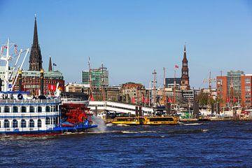 Hamburg Skyline mit Ausflugs-Schiffen von Frank Herrmann