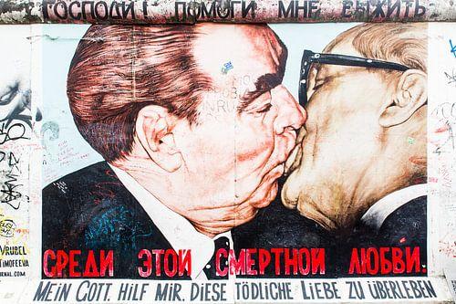 Baiser fraternel socialiste sur Steve Van Hoyweghen