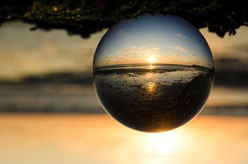 zonsondergang door een lens ball sur Annelies Cranendonk