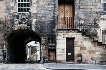 Die kleine Tür in den Straßen von Edinburgh von Rebecca Gruppen