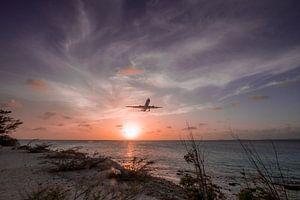 Zonsondergang in Bonaire met landend vliegtuig