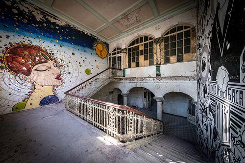 Trap met kunst op muren van